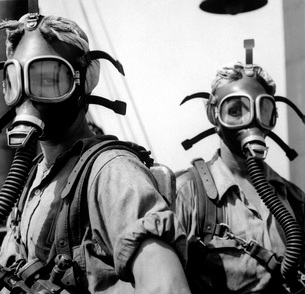 Women wearing oxygen masks.の写真素材 [FYI02104285]