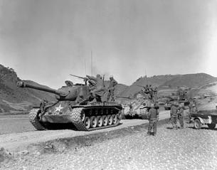 Tank-led patrol of Leathernecks hunt down North Korean guerrの写真素材 [FYI02104289]