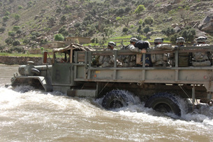 A truck full of U.S. Army soldiers fording the Pech River inの写真素材 [FYI02104392]