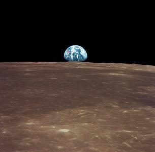 Earth rising above the Moon's horizon.の写真素材 [FYI02104452]