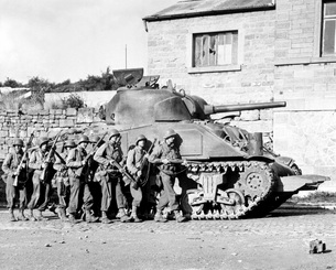 Soldiers and their tank advance into a Belgian town during Wの写真素材 [FYI02104490]