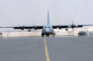 Ground crews prepare a C-130 Hercules for take off.の写真素材 [FYI02104495]