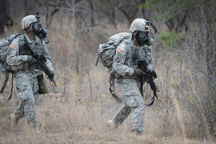 U.S. soldiers don chemical warfare gear.の写真素材 [FYI02104548]