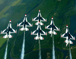The Thunderbird aerial demonstration team performs a loop whの写真素材 [FYI02104566]