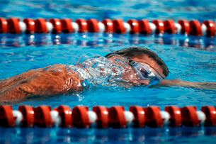 An Airman swims in the 1,600-meter relay.の写真素材 [FYI02104612]