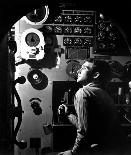 Sailor at work in the electric engine control room of USS Baの写真素材 [FYI02104616]