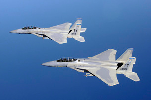 Two F-15 Eagle's fly in formation.の写真素材 [FYI02104654]
