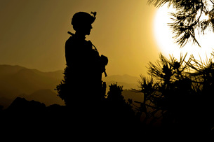 U.S. Army Sergeant provides security atop a mountain in Afghの写真素材 [FYI02104698]