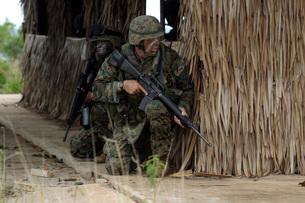U.S. Marines prepare to enter a house during a raid.の写真素材 [FYI02104741]