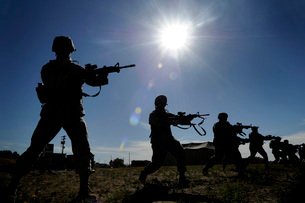 U.S. Airmen practice rifle-fighting techniques.の写真素材 [FYI02104785]