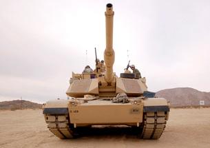 U.S. soldiers perform maintenance on their M1 Abrams tank.の写真素材 [FYI02104796]