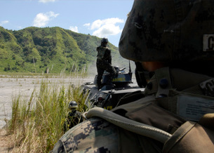 Members of the Philippine Armed Forces fire the weapons systの写真素材 [FYI02104801]