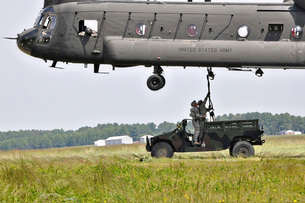 Soldiers teach students sling load operations on a CH-47 Chiの写真素材 [FYI02104834]