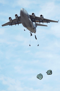 Soldiers jump from a C-17 Globemaster III during a Mobilityの写真素材 [FYI02104849]