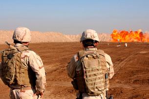 U.S. soldiers detonate a test explosion in Ad Diwaniyah, Iraの写真素材 [FYI02104860]