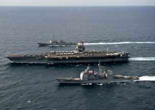 U.S. Navy ships transit the Atlantic Ocean.の写真素材 [FYI02104874]