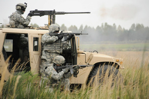 U.S. Soldiers perform a platoon mounted and dismounted live-の写真素材 [FYI02104945]