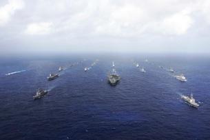 A fleet of U.S. Navy and Japan Maritime Self-Defense Force sの写真素材 [FYI02104992]