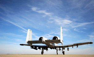 An A-10 Thunderbolt II taxies out of the hot pit at Whitemanの写真素材 [FYI02104999]