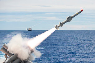 USS Cowpens launches a Harpoon missile from the aft missileの写真素材 [FYI02105035]