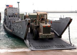 Beach Master Unit loads cargo aboard a Landing Craft Utilityの写真素材 [FYI02105042]