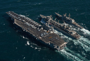 Underway replenishment at sea with U.S. Navy ships in the Arの写真素材 [FYI02105077]