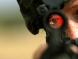 Soldier sights in on pop up targets.の写真素材 [FYI02105107]