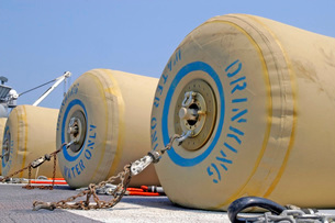 Rubber bladders full of drinking water wait for transport onの写真素材 [FYI02105254]
