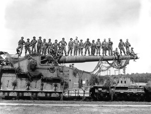 U.S. Army soldiers stand on top of a large 274mm railroad guの写真素材 [FYI02105294]