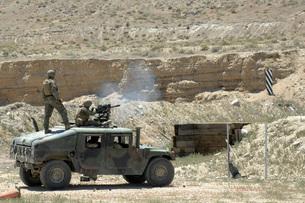 A U.S. Marine fires a Mark 19-3 40mm grenade launcher  durinの写真素材 [FYI02105295]