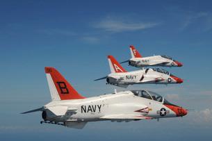 U.S. Navy T-45 Goshawk training aircraft fly in formation.の写真素材 [FYI02105376]