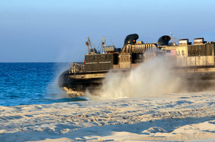 An assault craft heads back to sea after dropping off cargoの写真素材 [FYI02105528]