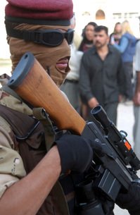 An armed Iraqi Army guard provides security.の写真素材 [FYI02105546]