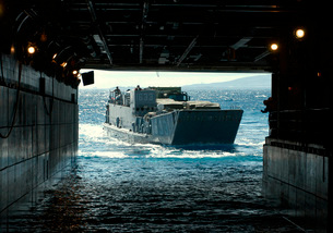 A Navy Landing Craft Utility approaches the well deck of USSの写真素材 [FYI02105577]