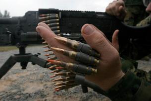 Marines prepare the M-240G medium machine gun with 7.62 mm rの写真素材 [FYI02105614]
