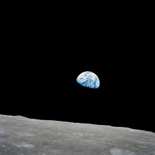 Earth rising above the lunar horizon.の写真素材 [FYI02105677]