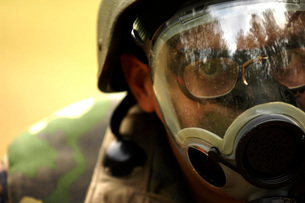 Airman dons a gas mask during a simulated gas attack.の写真素材 [FYI02105699]