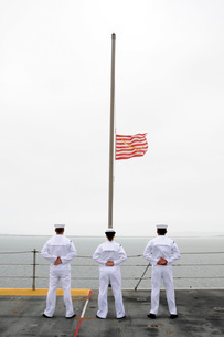 Sailors pay tribute aboard USS Essex.の写真素材 [FYI02105958]