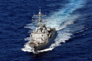 The guided missile destroyer USS Nitze transits the Atlantic Ocean.の写真素材 [FYI02105980]