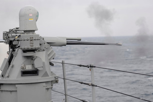 A 25mm machine gun is fired aboard USS Blue Ridge.の写真素材 [FYI02106075]