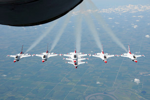 The U.S. Air Force Thunderbird demonstration squadron in formation.の写真素材 [FYI02106078]