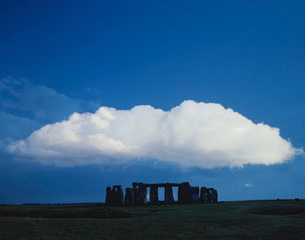 A large cloud over Stonehenge, Wiltshire, England.の写真素材 [FYI02106123]