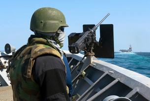 A sailor manning a .50-caliber machine gun aboard USS Cape St. George.の写真素材 [FYI02106140]