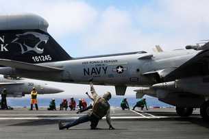 Shooters signal satisfactory final checks of an EA-6B Prowler before launch.の写真素材 [FYI02106141]