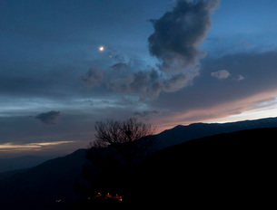 Moon and Venus conjunction above the village of Gazorkhan, Iran.の写真素材 [FYI02106143]