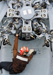 Mechanic performs an inspection on a MH-60S Seahawk.の写真素材 [FYI02106150]