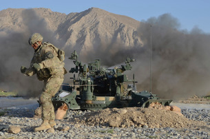 U.S. Army soldier fires an M777 howitzer.の写真素材 [FYI02106158]
