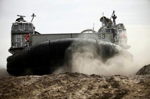 A landing craft, air cushion prepares to depart Onslow Beach.の写真素材 [FYI02106239]
