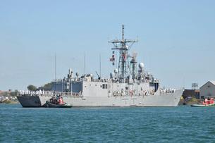 The guided-missile frigate USS De Wert enters Buffalo Harbor.の写真素材 [FYI02106244]