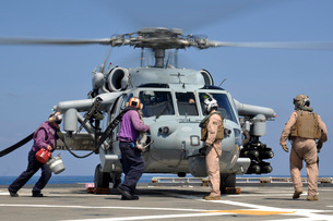 Aviation Boatswain???s Mate's run to refuel an MH-60S Sea Hawk helicopter.の写真素材 [FYI02106292]